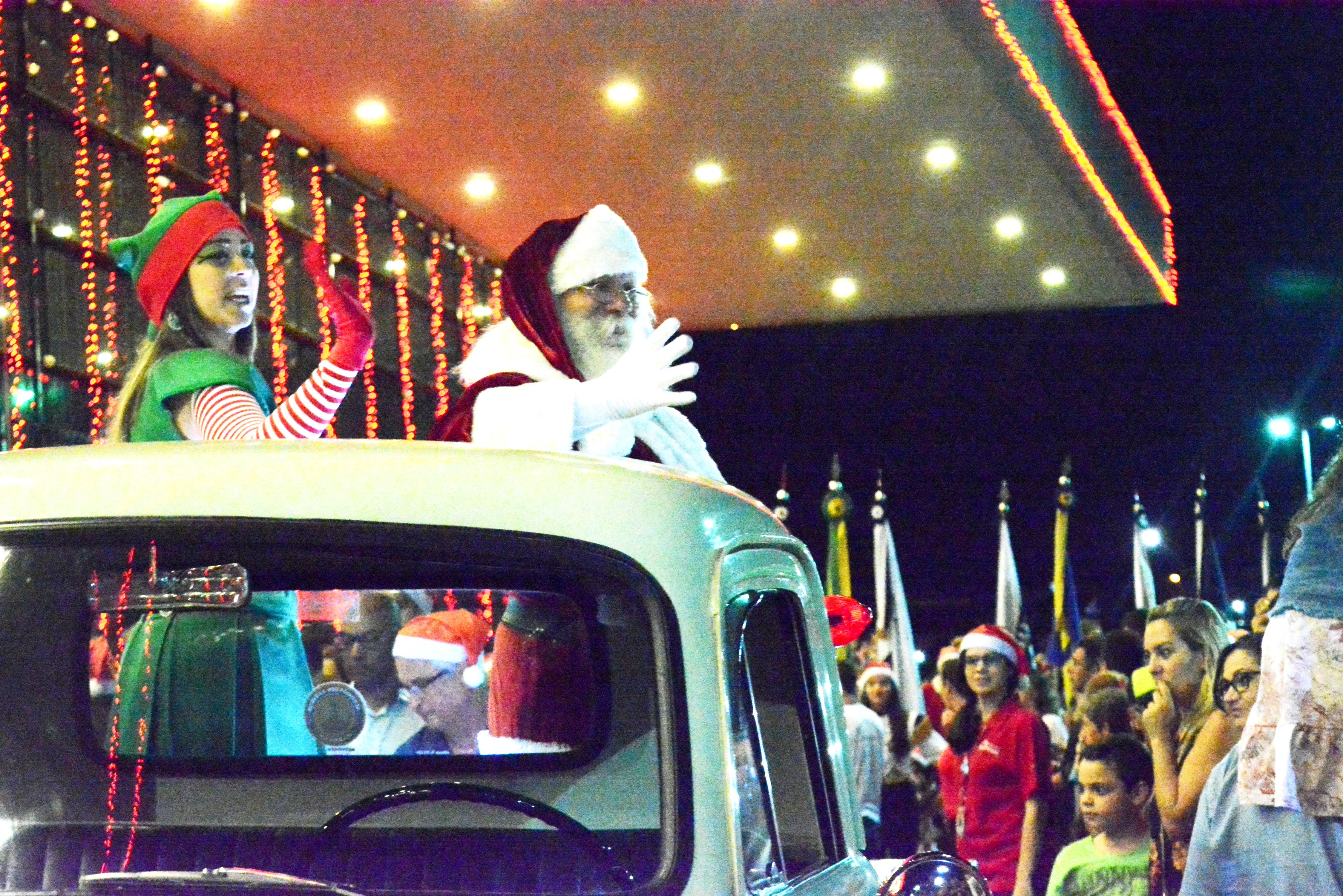 A Rena Mais Famosa Do Papai Noel chegada do papai noel e show de luzes encantam público no