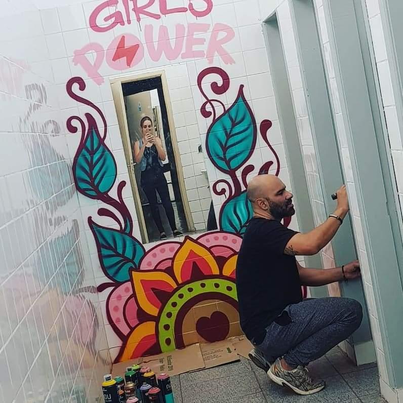 Artista Responde Mensagens Depressivas Em Banheiro Feminino
